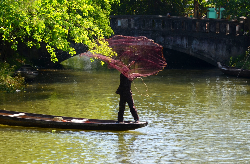 Despite of the difficulty in practicing to throw a casting-net, many people still enjoy it