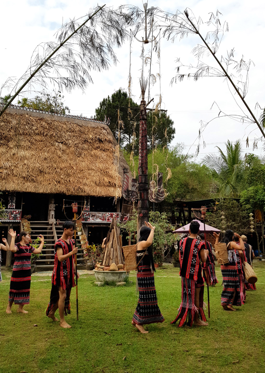 Co Tu ethnic artisans are invited to perform Zèng weaving, and gongs, etc., at the traditional Guol house.