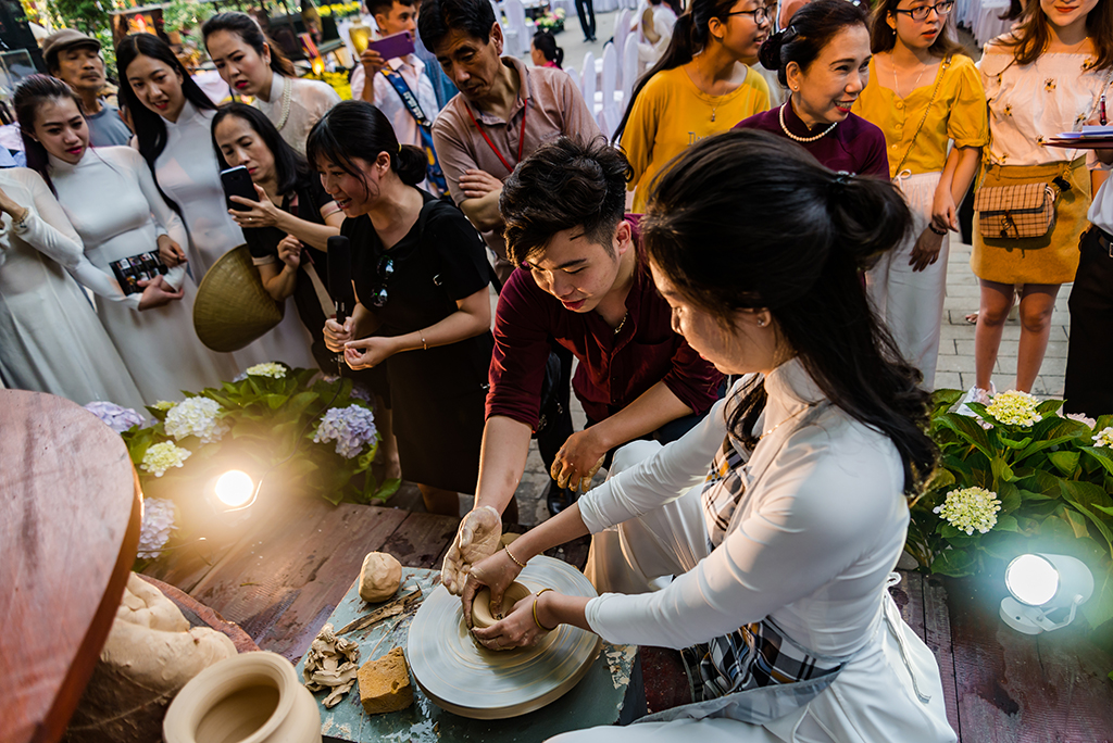 Guiding to shape Huong Sa pottery