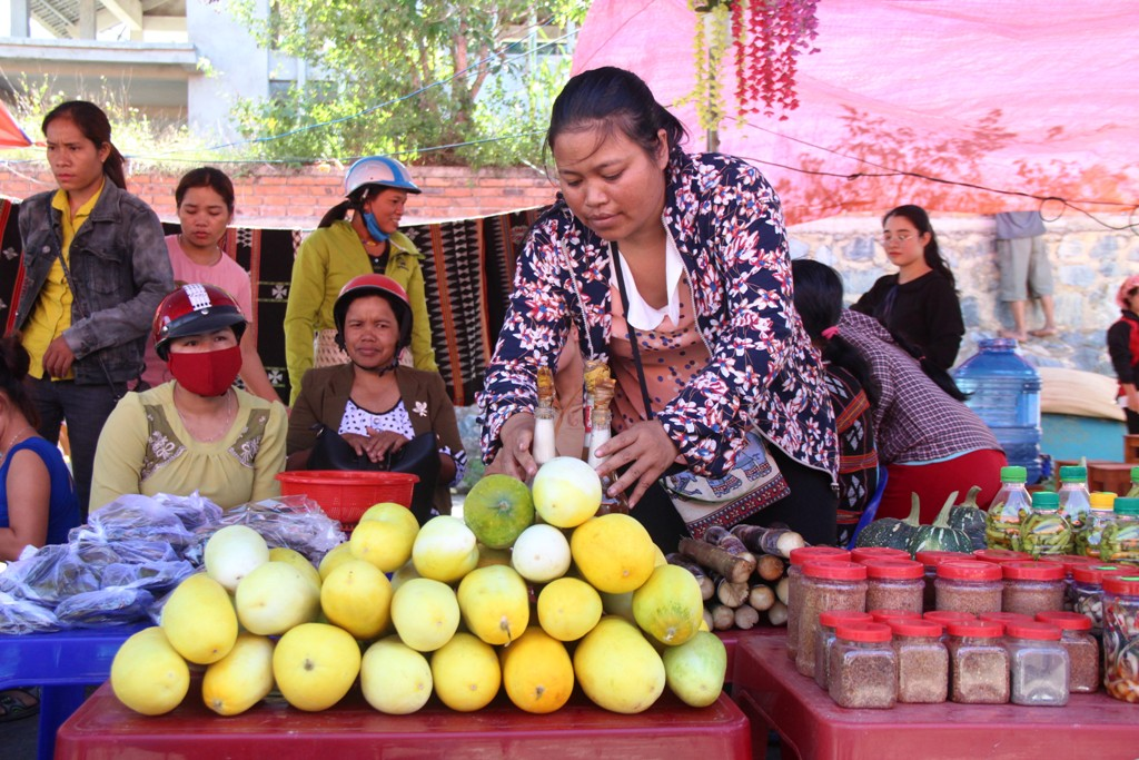 In the morning of the same day, the space of A Luoi highland market opened to welcome people with many typical products