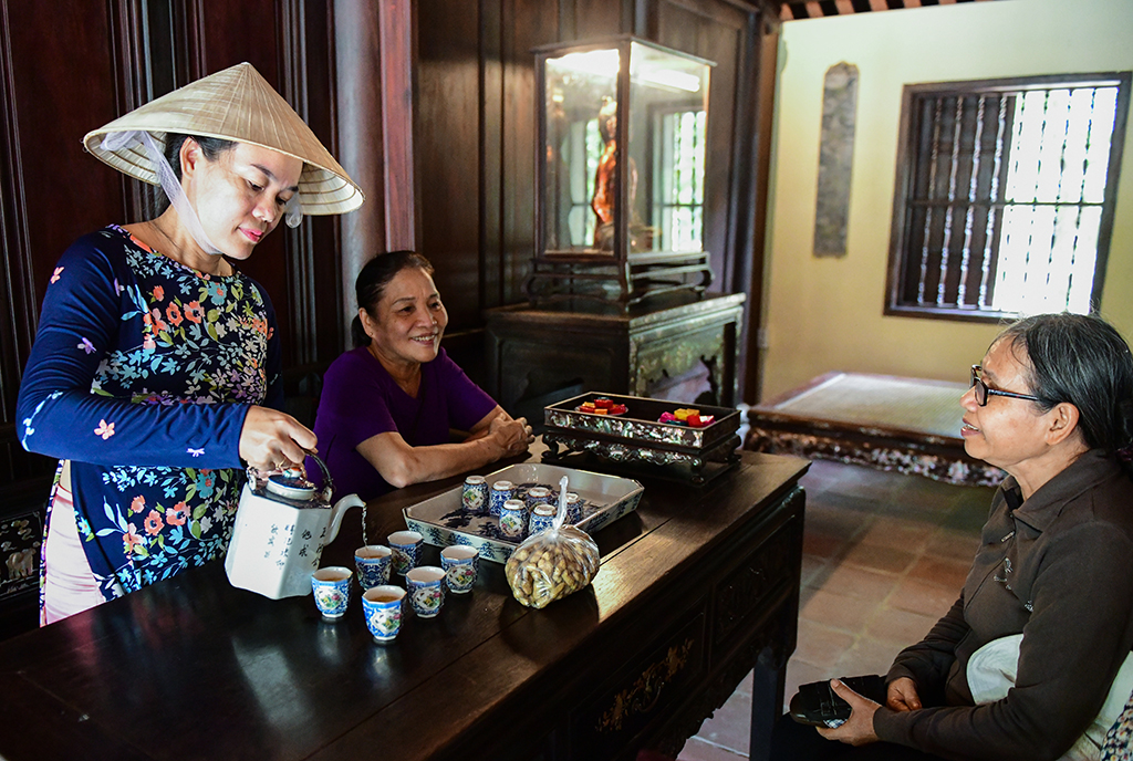 Tea and Hue cakes are ready to serve tourists