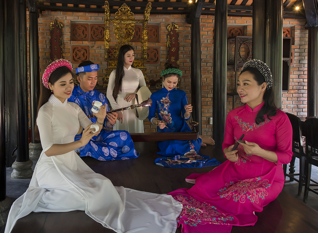 Performing Ca Hue (traditional Hue Singing) to serve tourists