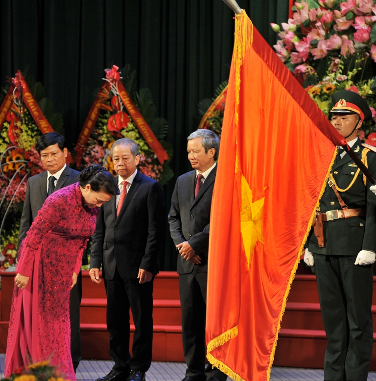 Chairwoman of the National Assembly Nguyen Thi Kim Ngan paying respect to the National Flag