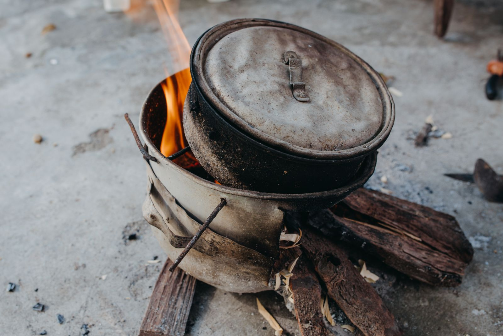 The indispensable material is lead. Mr. Dung buys pure lead, then he burns it in an aluminum pot until the lead melts.