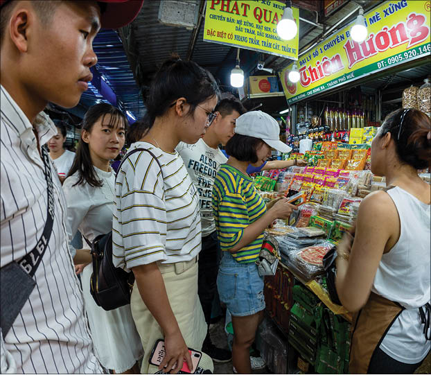 Typical dishes, abundant goods are the 'plus' points to attract tourists to visit and do shopping in Dong Ba market