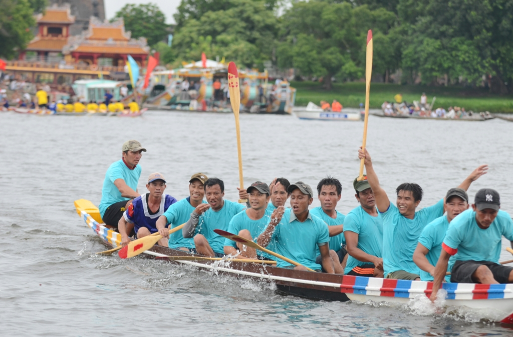 The joy of the rowers from Huong Can team (Huong Tra Town) when winning cung prize