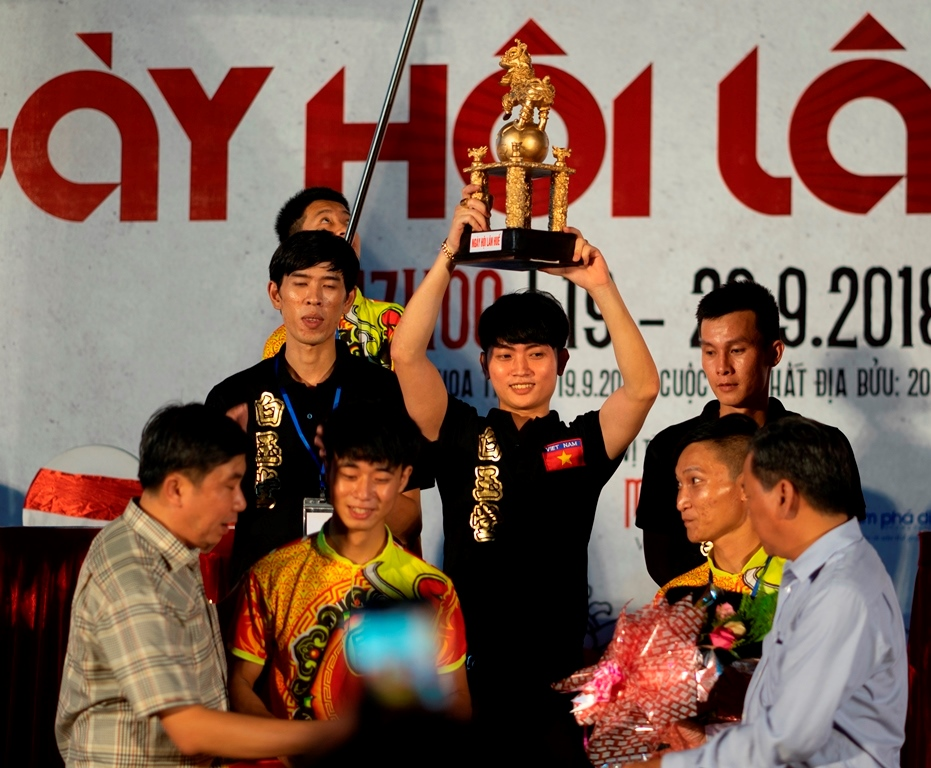 "The gold cup was awarded to the champion in the ""Mai Hoa Thung"" round in 2018"