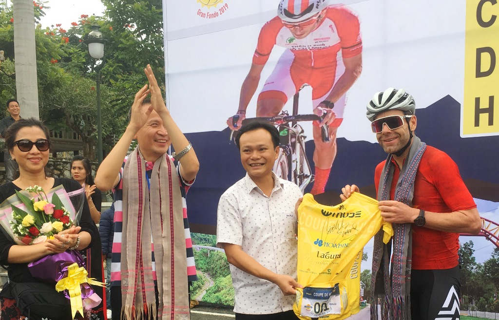 During this period, former champion of Tour de France 2011 Cadel Evans talked to the people and authorities of A Luoi district