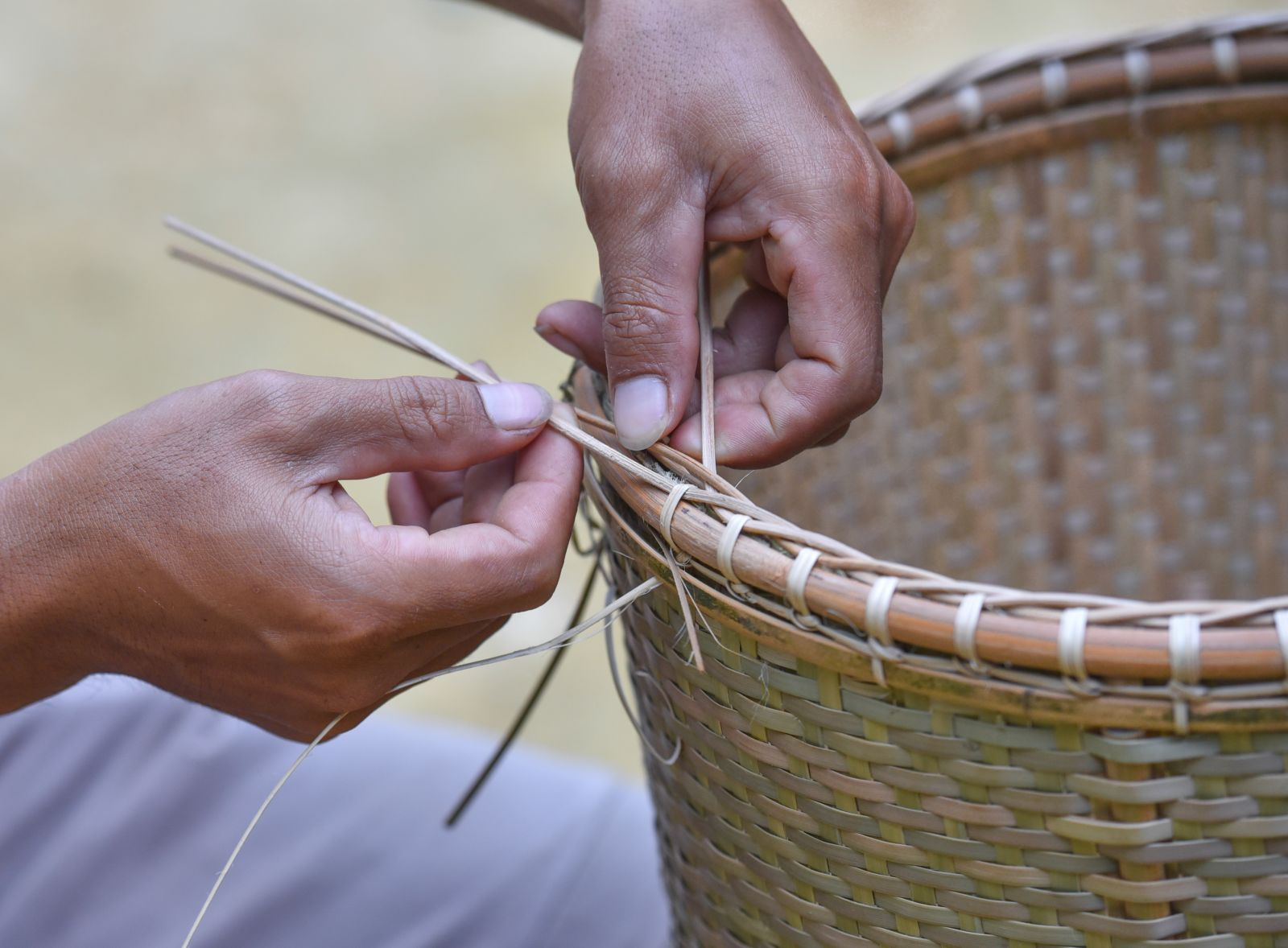 Knotting off the baskets is the last stage of creating a new basket