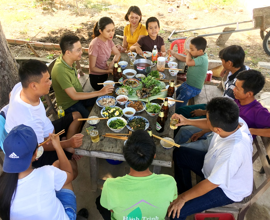 Finishing an experiencing day with various attractive activities, gathering in a meal with hand-cooked specialties will be the unforgettable impressions when coming to Thuy Thanh to experience acting as real farmers