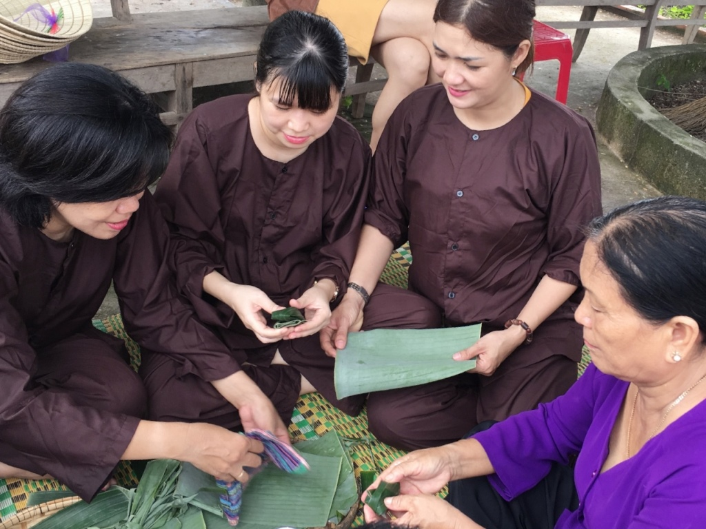 Being fascinating to pack banh loc (tapioca dumplings) with local people and enjoy the self-made products