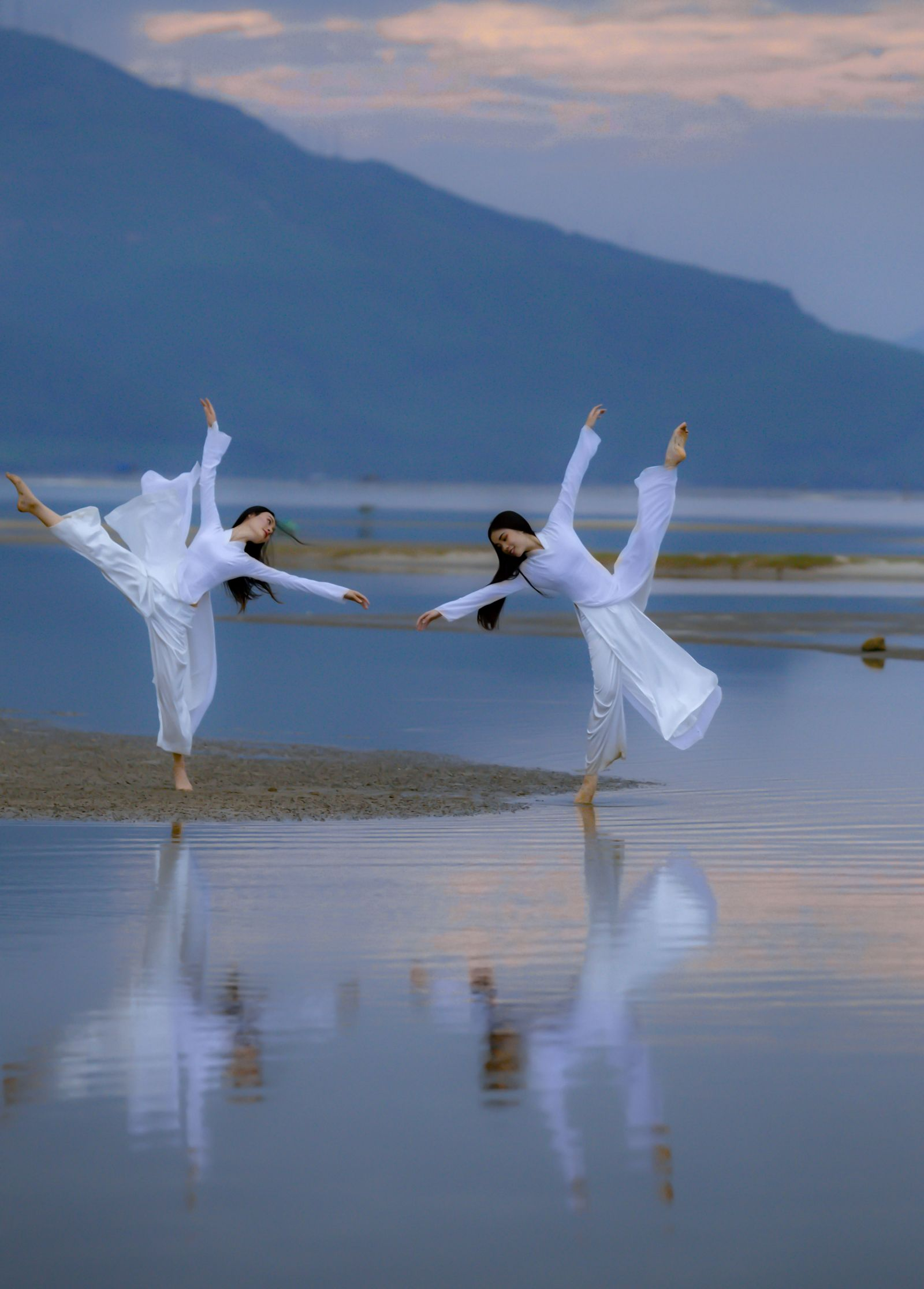 With a poised elegance, the two dancers seemed to blend in with the scenery to create an extremely eye-catching beauty