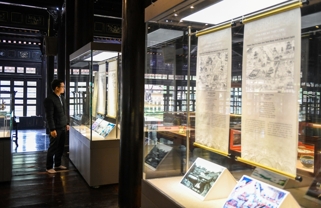 The exhibition attracts domestic and foreign visitors to explore and admire the antiques