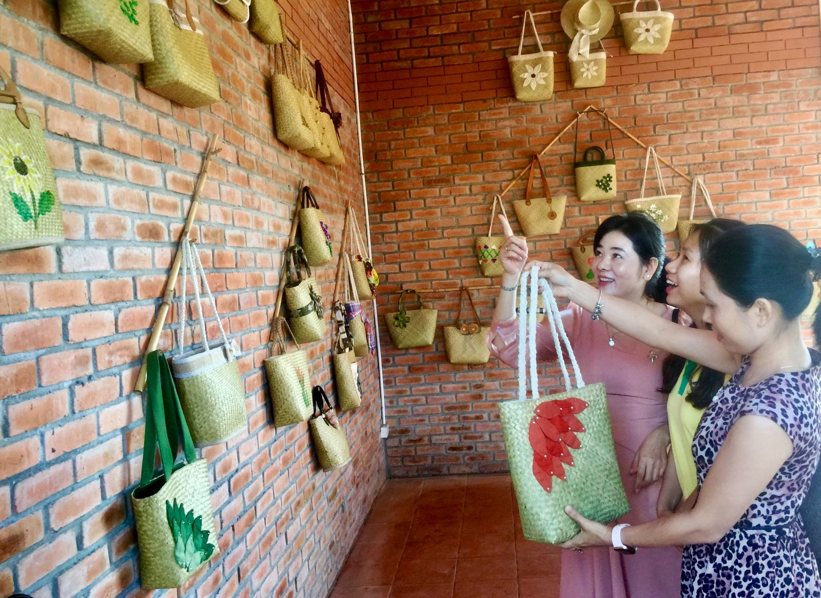 Apart from cushions and mats (for newborn babies), Bang grass is also used to make handbags