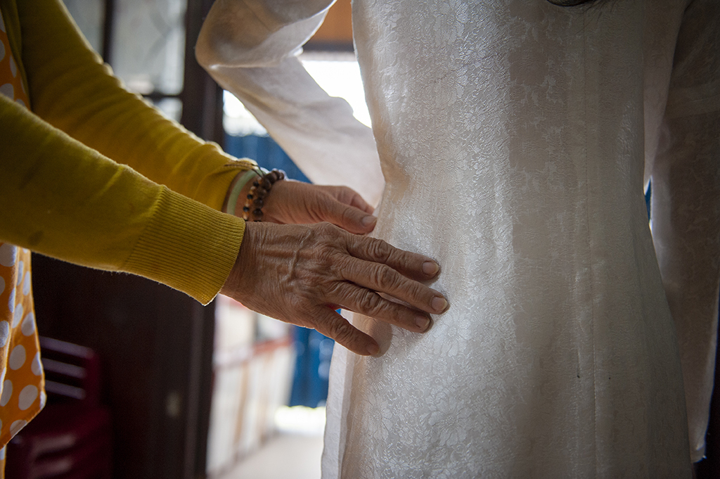 An old ao dai has a link seam on the sleeve and in the middle of its body