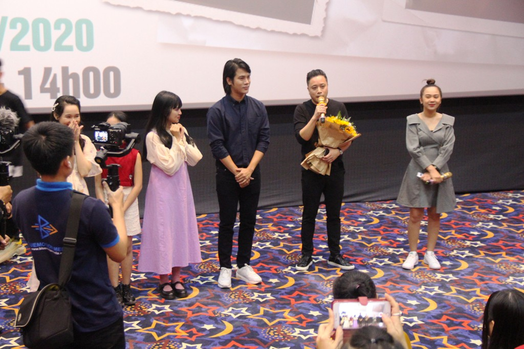 Victor Vu and the cast stood in the middle of the theater to answer questions from Hue audiences