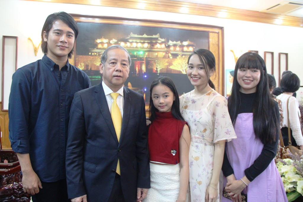Chairman of the Provincial People's Committee Phan Ngoc Tho in a photo with the main cast members in the film when they visited the Provincial People's Committee