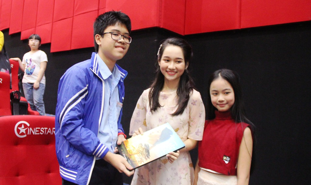 The two actresses playing Ha Lan gave a gift to an audience member