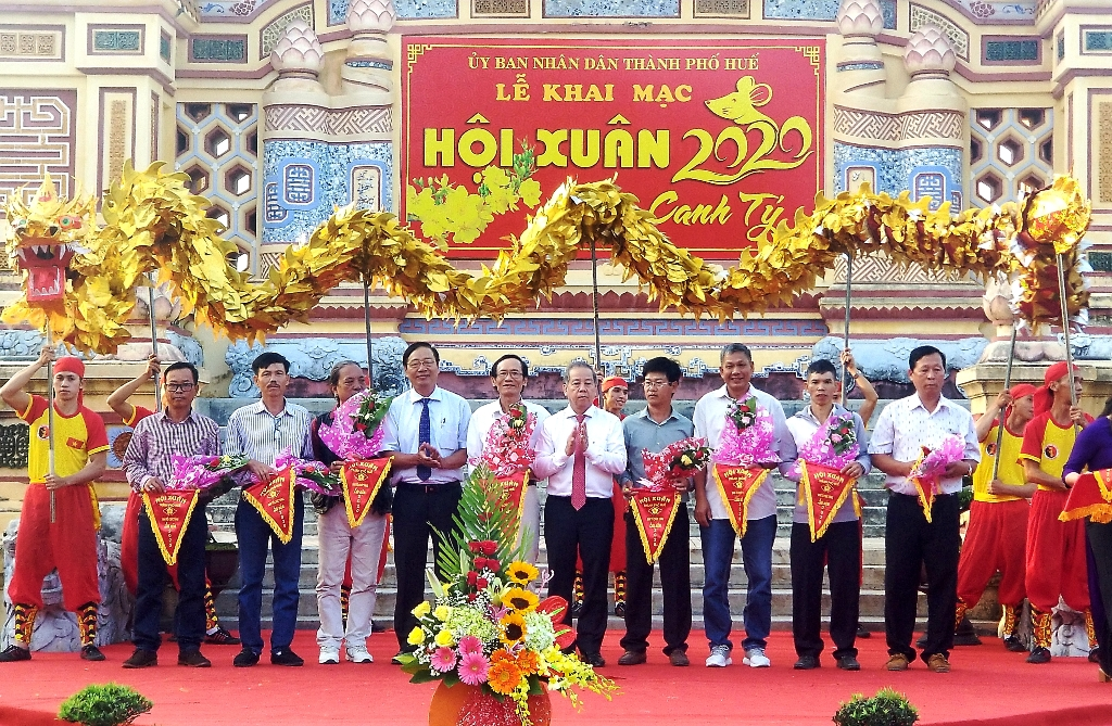 Provincial and Hue city leaders presenting flowers and souvenir flags to the units participating in the Spring Festival 2020