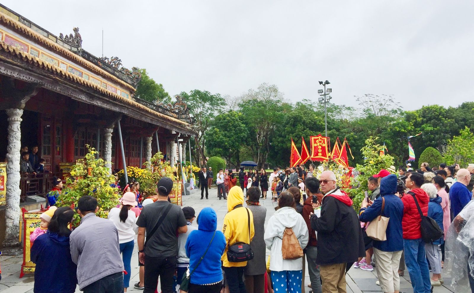 Visitors gathered in front of Thai Hoa palace even before the performances took place