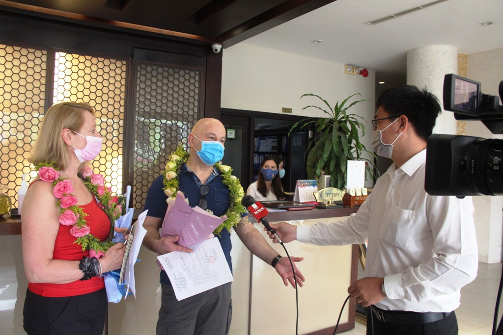 The two guests were open and willing to talk to the media. In the photo, the two guests are sharing with Hue TV channel of Thua Thien Hue Online