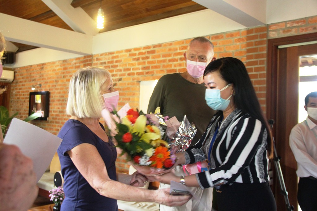 Representative of Thuy Xuan ward presenting flowers to congratulate the tourists