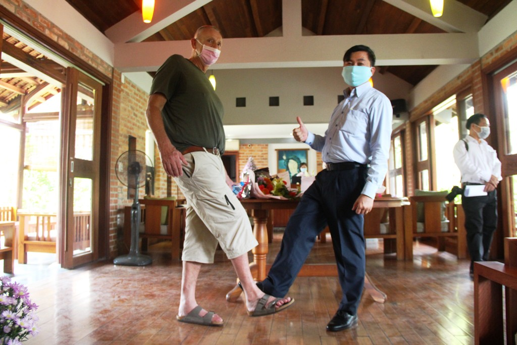 A guest after finishing the quarantine saying 'thank-you' to Mr. Nguyen Van Phuc, Deputy Director of the Provincial Department of Tourism, by doing a viral foot-to-foot touching.