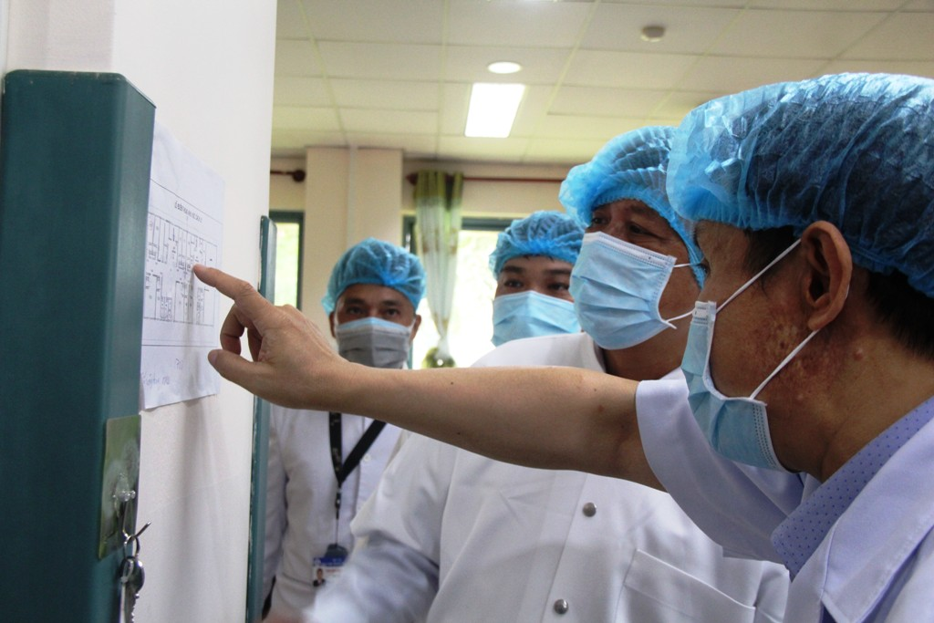 Assoc. Prof. Dr. Nguyen Truong Son - Deputy Minister of Health (second right) talking with the leaders of Hue Central Hospital 2, which is designated for isolating and treating patients infected with COVID-19