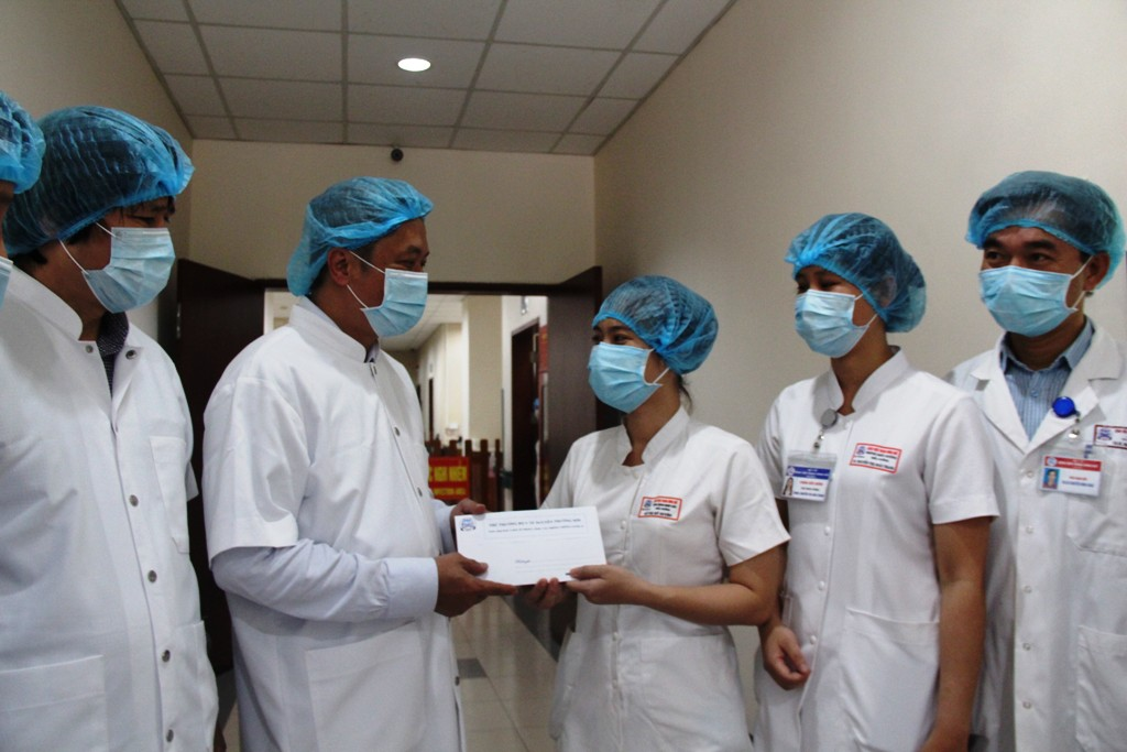 "Deputy Minister of Health Nguyen Truong Son presented gifts, encouragement and thanks to the doctors and nurses who are working day and night to ""fight against the COVID-19 enemy"" at Hue Central Hospital 2"