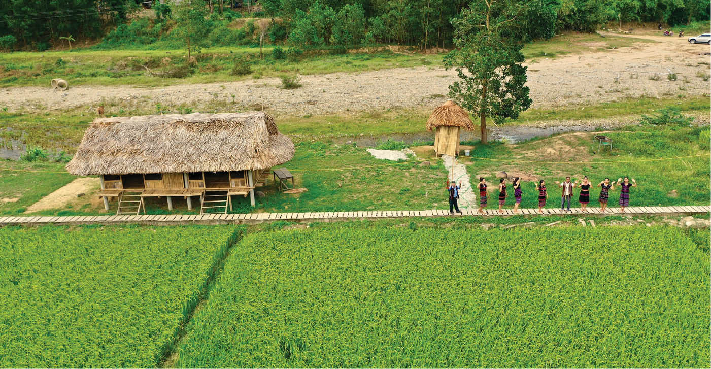 Homestay tourism in A Luoi is also a good idea in this season