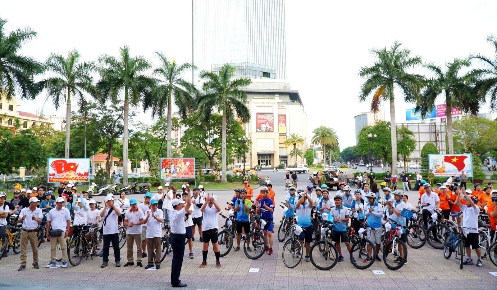 At 6 am, more than 200 people were present at the Cultural and Cinema Center to join in the garbage collection activity and calling on the community to use bicycles to reduce emissions
