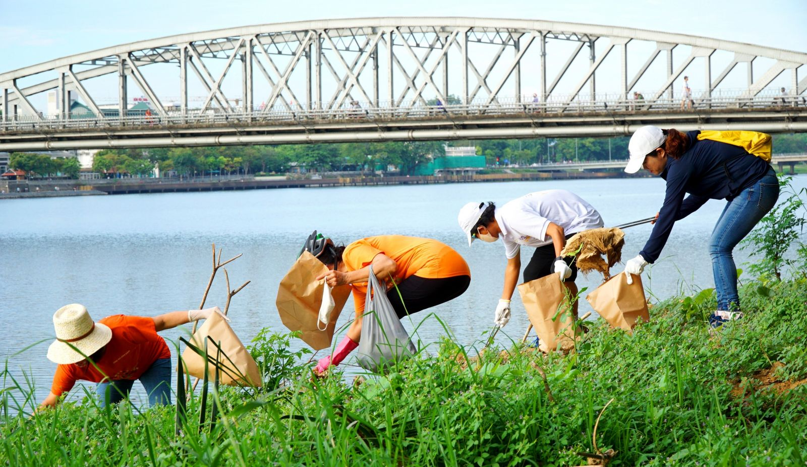 After cycling through Truong Tien Bridge, the delegation stopped to collect garbage at Chuong Duong wharf ...