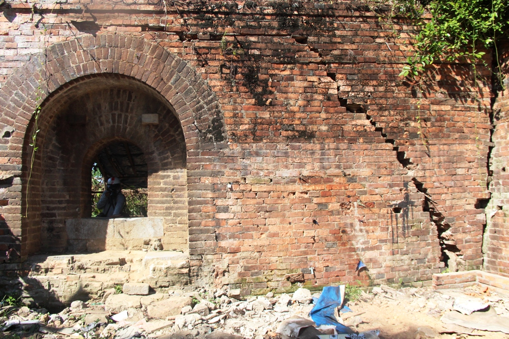 The first gate was discovered, next to which many layers of bricks show signs of cracking