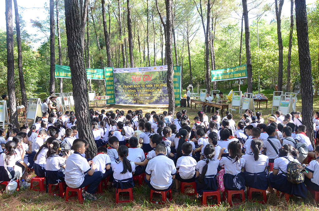 Overview of the place where students participated in the painting competition at Huyen Tran Cultural Center