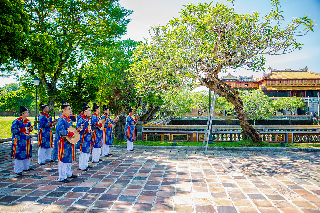 Royal court music is performed in an accessible way to tourists