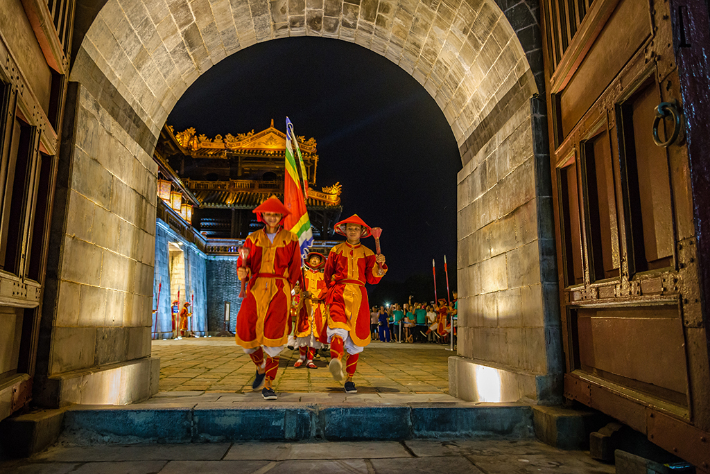Reenacting festivals in the ancient royal space
