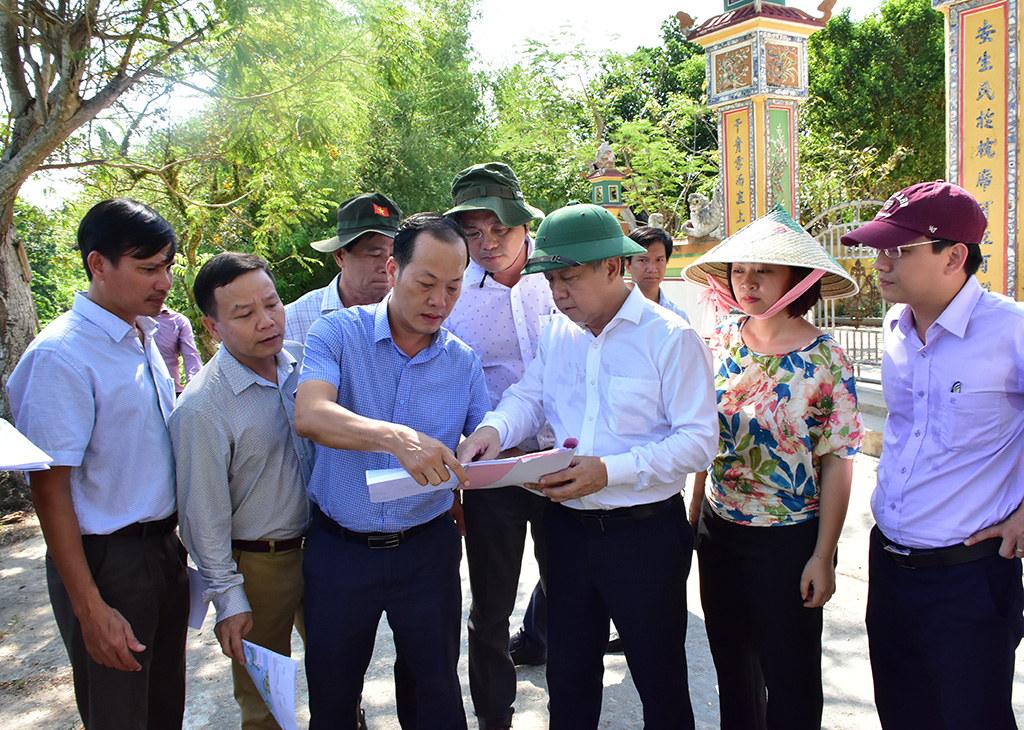 Chairman Phan Ngoc Tho and the authorities, and local officers doing the survey to check and inspect the situation of Pho Loi river and Moc Han, Phu Khe canal.