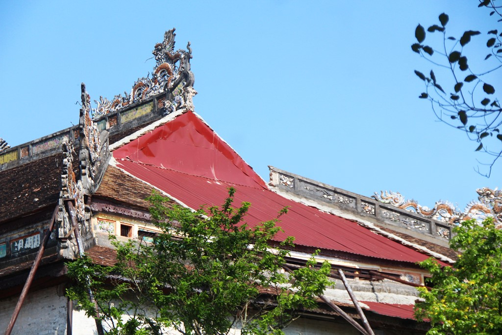 In the storm in the end of September 2020, the roof of the palace was collapsed, and it is nowtemporarly roofed by corrugated iron.