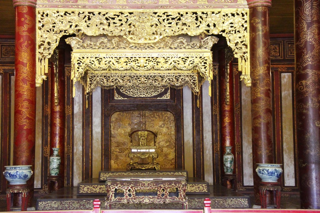 The throne - a national treasure, is placed in the center of Thai Hoa Palace, under a beautiful gilded wooden canopy system