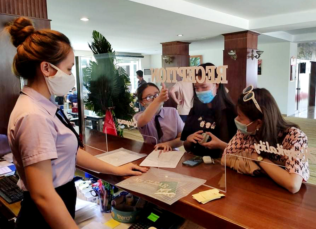 On average, each day during the holiday, Hue welcomes about 10,000 staying tourists (In the photo, tourists check in at Century Hotel)