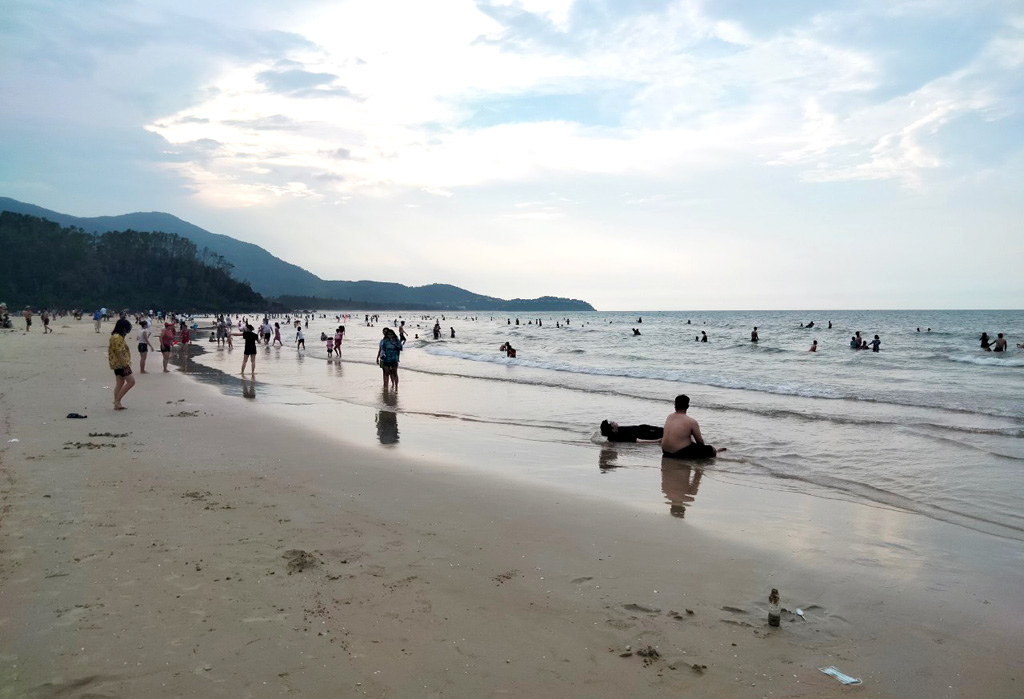 Not as crowded as Thanh Hoa, Vung Tau, sea travel in Hue has also attracted a significant number of visitors during the holiday (In the photo, tourists at Canh Duong beach, Phu Loc)