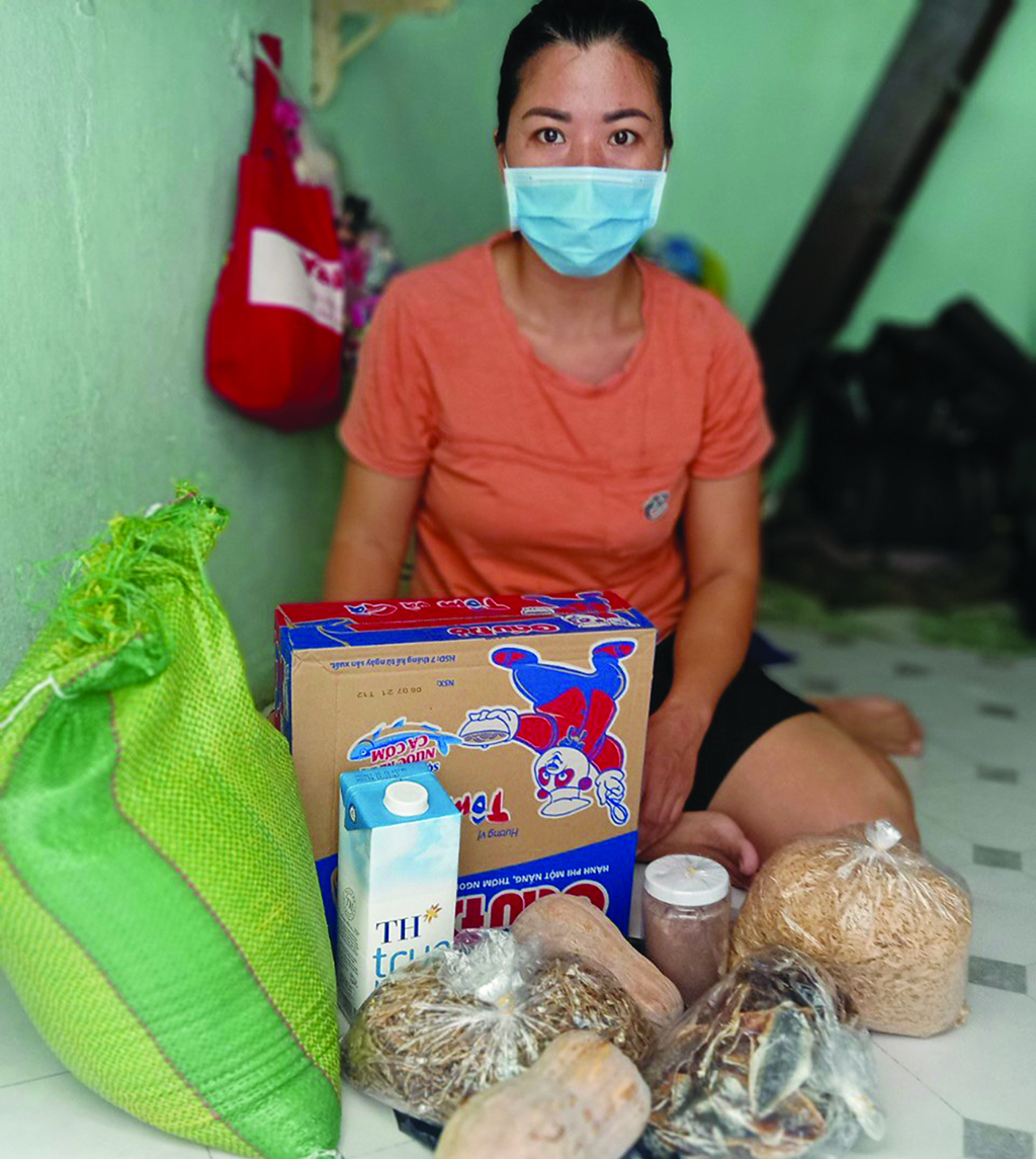 HCMC people received essential food from the Green Lotus Foundation - Thua Thien Hue Newspaper