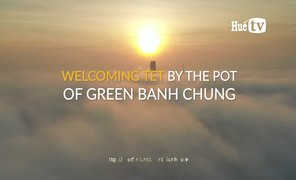 Welcoming Tet by the pot of green Banh Chung