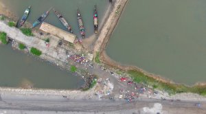 Three-hour fish market by the foot of Tam Giang bridge