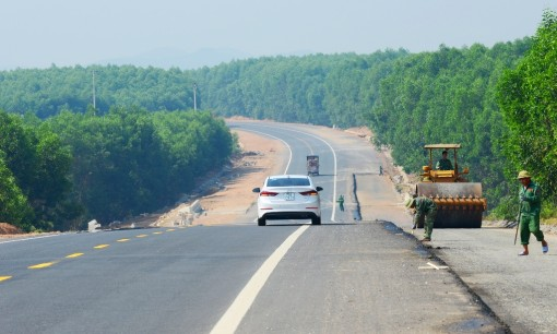 Contemplating La Son – Tuy Loan expressway, the most beautiful road in Nam Dong