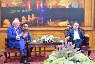 Chairman of the Provincial People's Committee Phan Ngoc Tho receives Chairman of Fulbright University Vietnam's Governing Board