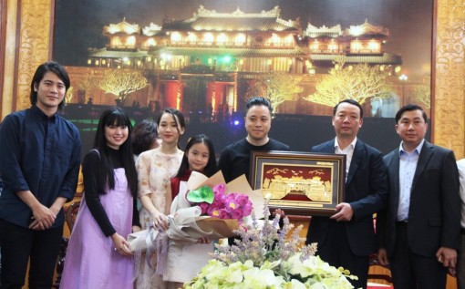 """The cast of """"Dreamy Eyes"""" returned to Hue after great success at the box office"""