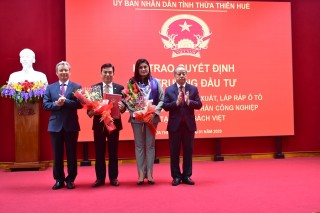 Hue City presents the investment certificate to the project on automobile manufacturing and assembling complex