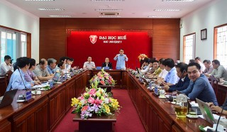 Chairman Phan Ngoc Tho having working session with Hue University to develop IT human resources