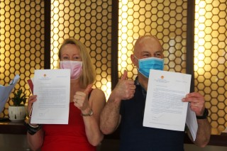 Foreign visitors are happy to receive the certificates of quarantine completion